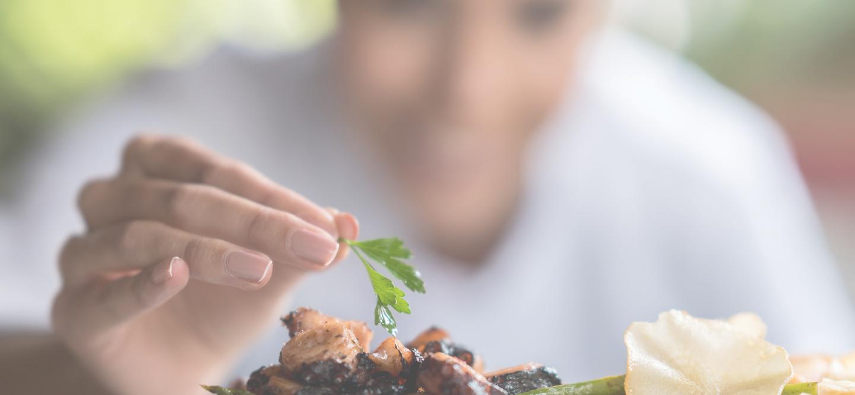 detalle cocinero plato comida