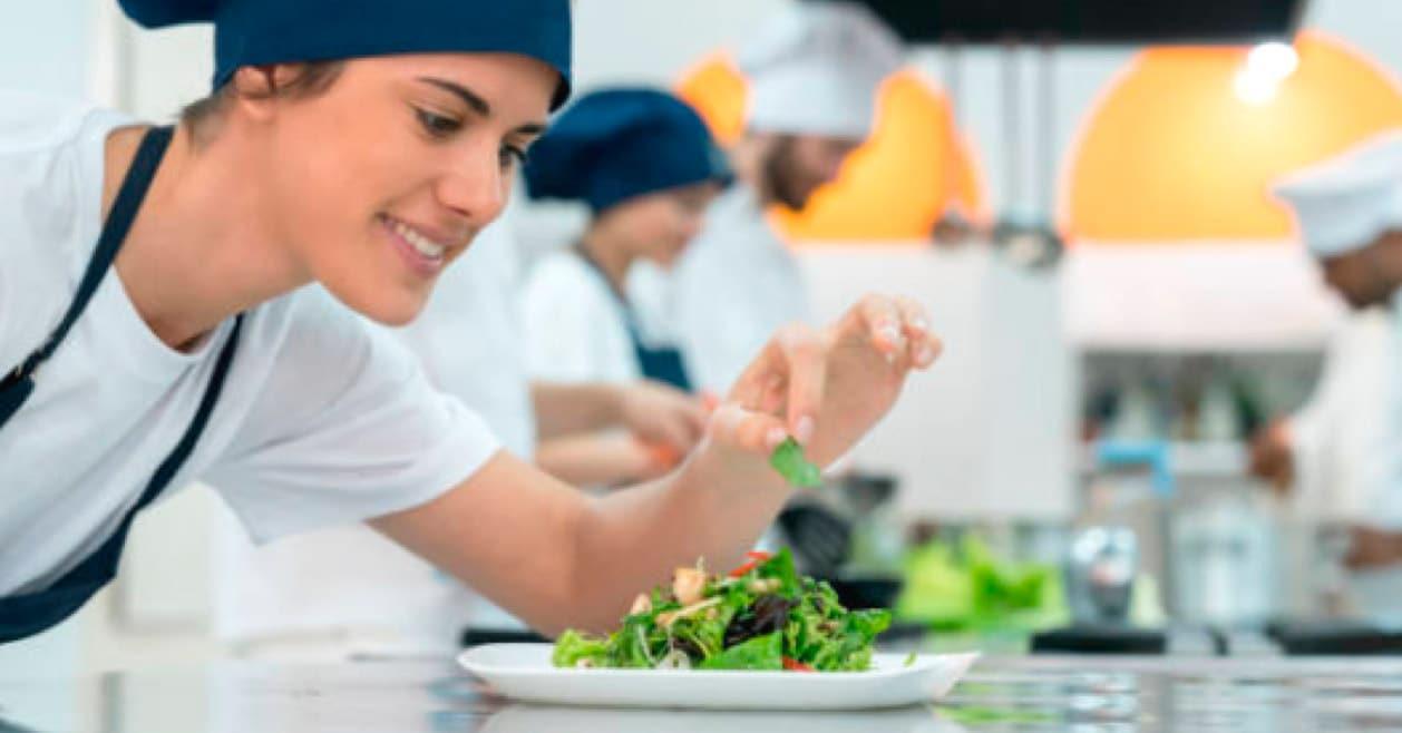 cocinera trabajando en su ensalada