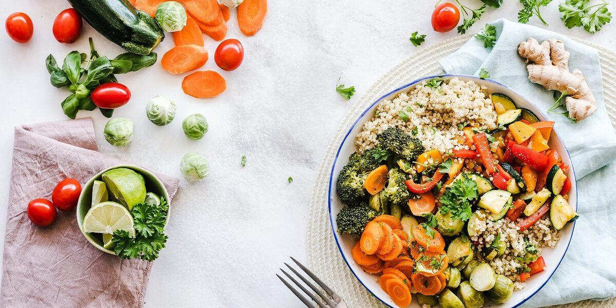ensalada de quinoa, jengibre y verduras